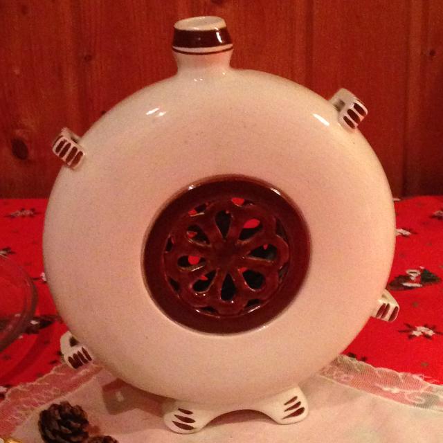 A kulacs hátoldala - áttört porcelán virágmotívum a közép részen