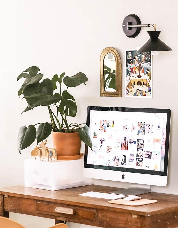 Monstera ou costela de Adão na decoração de home-office minimalista e feminino