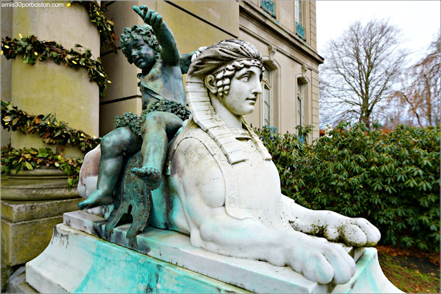 Escultura en la Entrada Principal de la Mansión The Elms en Newport