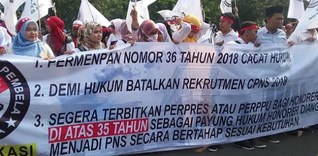 Demo Depan Istana Negara, Guru Honorer: Jokowi Bohong!