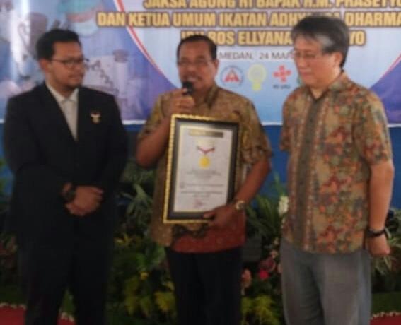 Jaksa Agung Terima Penghargaan Rekor MURI Atas Keberhasilannya Dalam Operasi Hernia