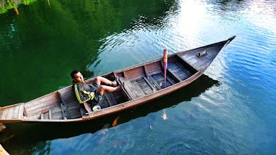 NAik perahu di Kampung Sampireun