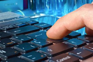 Persona pulsando el tabulador de un teclado de ordenador
