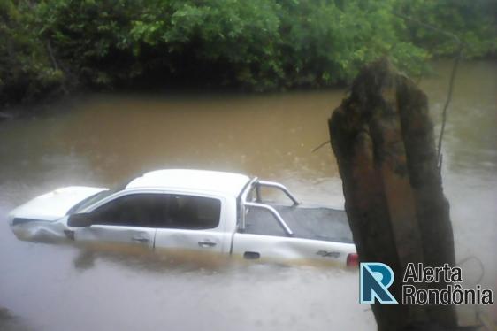 Bêbado, homem atropela e mata jovem, deixa criança agonizando e na fuga cai com camionete no rio
