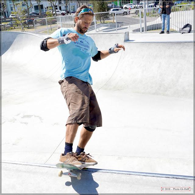 Skateur en équilibre avant de se lancer.