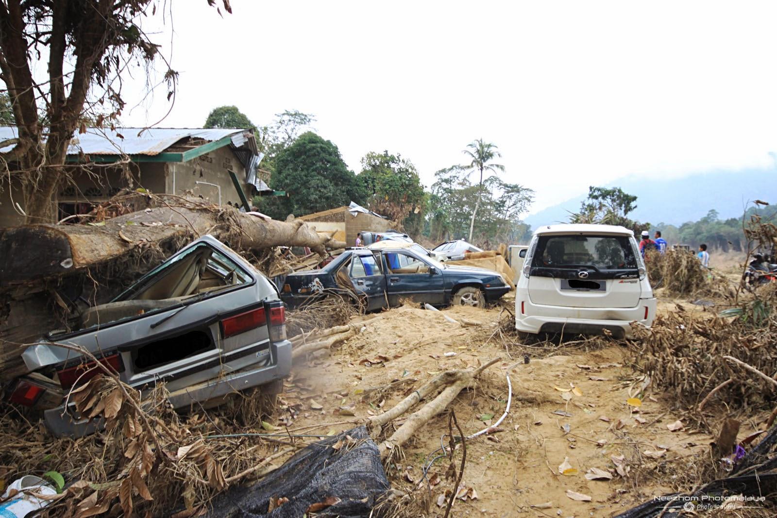 gambar kereta tersadai kesan Banjir besar di Kampung Manjor, Kuala Krai