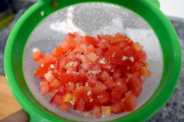 Bruschetta de tomate e queijo fácil para os dias preguiçosos