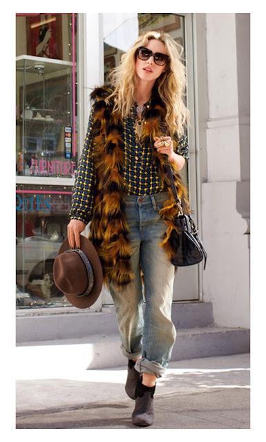 Блузка с принтом с меховым жилетом и джинсами