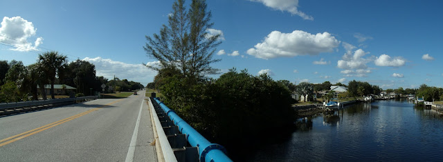 """Uno de tantos """"Waterways"""" o canales que cruzan el Edgewater Drive"""