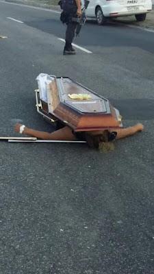 Corpos caem de carro funerário após acidente e cena assusta motoristas