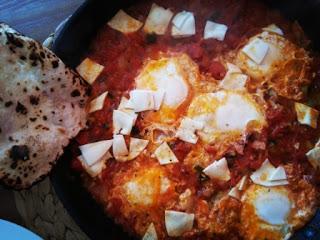 szakszuka, jajka gotowane w pomidorach
