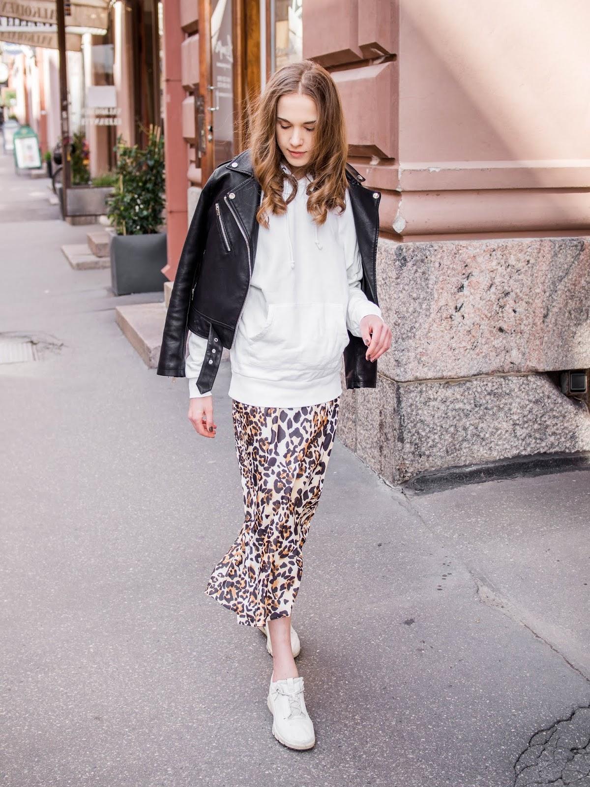 Leopard print bias cut satin midi skirt and white hoodie - Leopardikuvioitu satiininen midihame ja valkoinen huppari