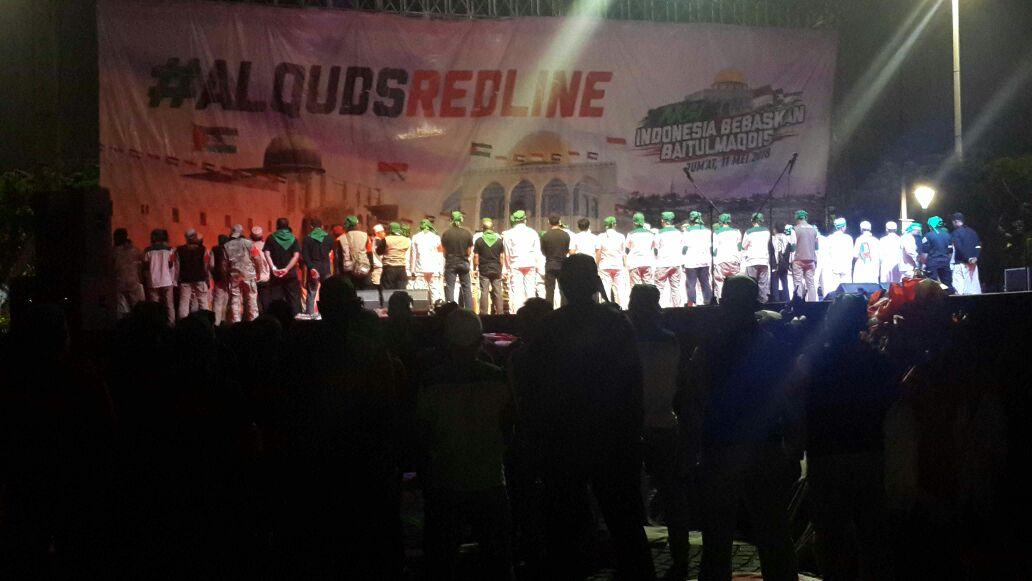 Sholat Subuh berjamaah Aksi Bela Al Aqsha di Monas