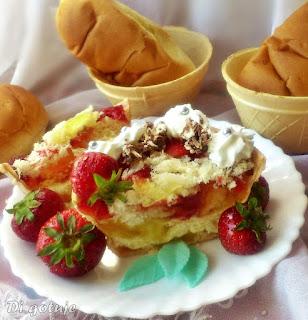 Waflowe miseczki z truskawkami, galaretką i bułeczkami maślanymi