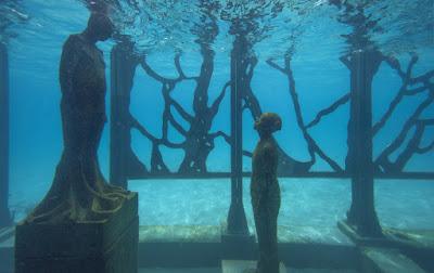 Các bức tượng nghệ thuật chìm dưới nước  của bảo tàng The Coralarium