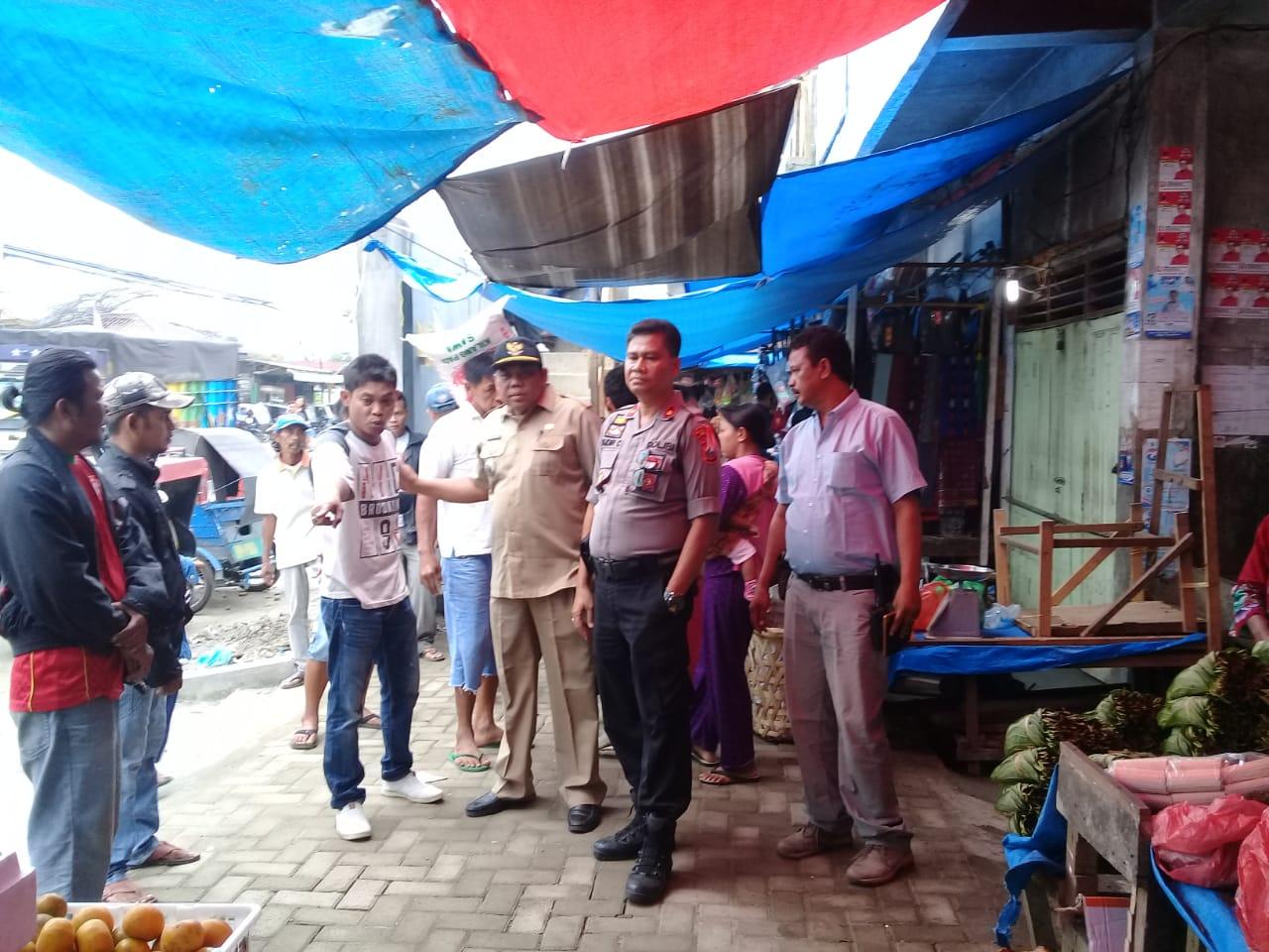 TINJAU: Kapolsek Pancurbatu Kompol Faidir SH MH meninjau pasar Pancurbatu.