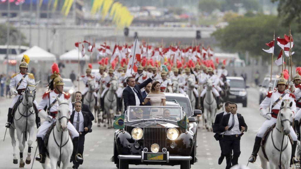 Bolsonaro en la caravana oficial junto a su esposa Michelle / AP