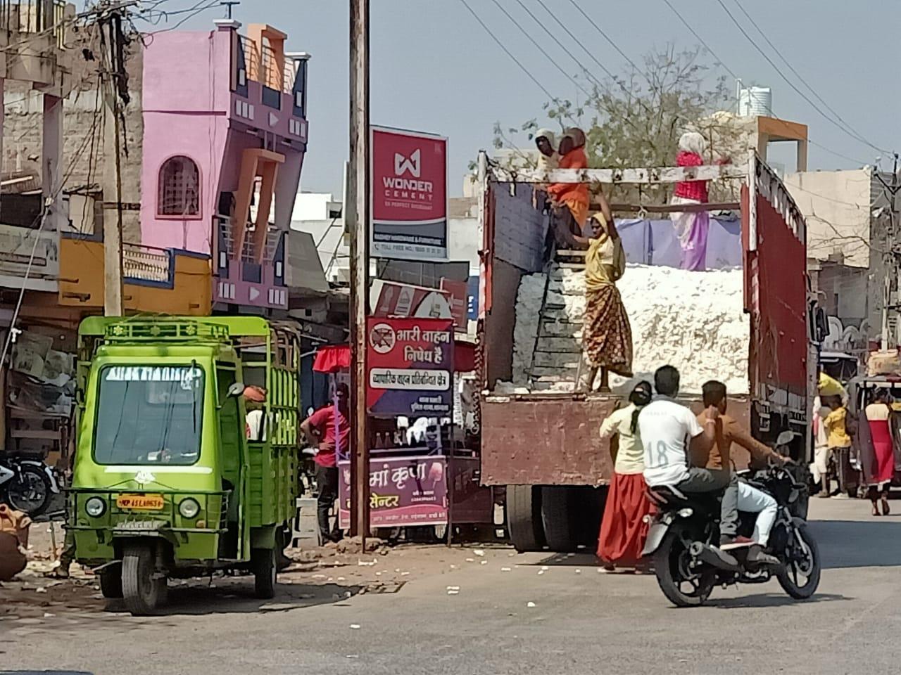 Thandla News- दिन के समय बाजार में भारी वाहन प्रवेश करने से ट्रैफिक व्यवस्था बदहाल, प्रमुख मार्गों पर चलना मुश्किल