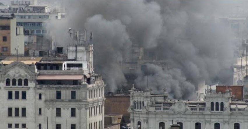 INCENDIO EN EL CENTRO DE LIMA: Casona del Jirón de la Unión afectada por un incendio [VIDEO]