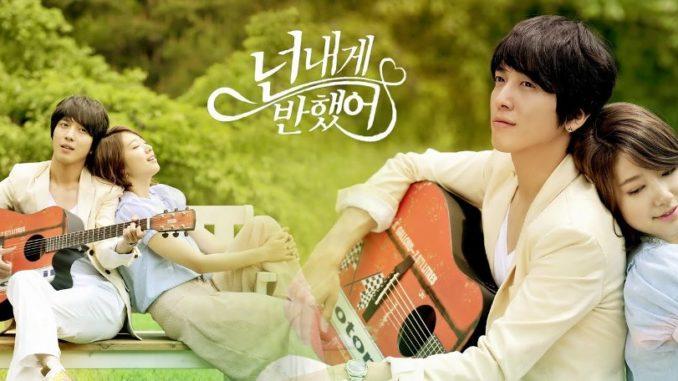 Drama Korea (Heartstrings Sub Indo) ini menceritakan tentang seorang wanita bernama Park Kyu-Won (Park Shin-Hye) yang merupakan gadis yang cerdas dan pemain gayageum yang sangat terampil. Dia ada di departemen musik tradisional Korea Selatan. Kyu-Won juga berasal dari keluarga yang memiliki salah satu dari tiga penyanyi pansori terbaik di dunia.