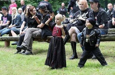 Lustiges Foto - Gothic Metal Kleinkinder auf Konzert - schwarze Kleidung Bikerjacke