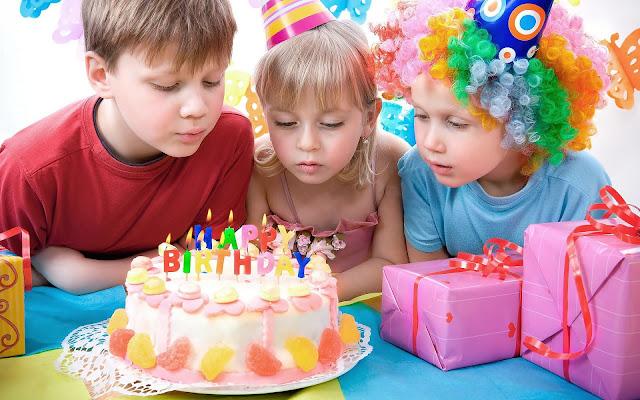 foto verjaardag kinderen taart feest cadeaus