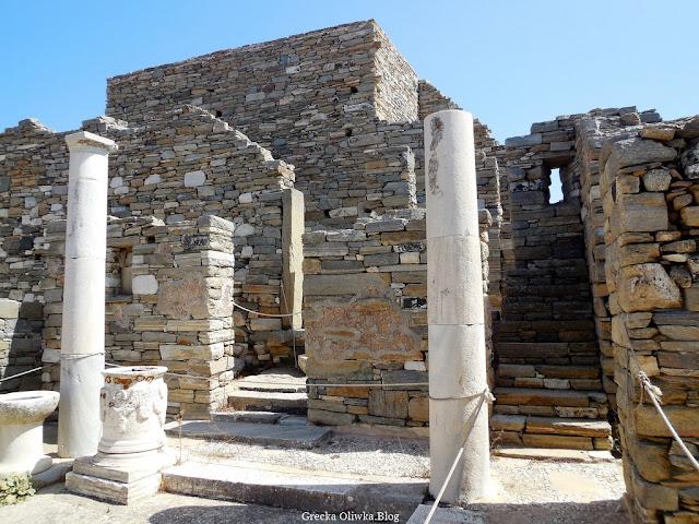 starożytne zabudowania, kolumny i schody Dzielnica Teatralna Delos  Grecja