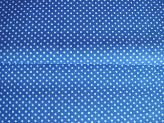 Modrá látka s bielymi bodkami