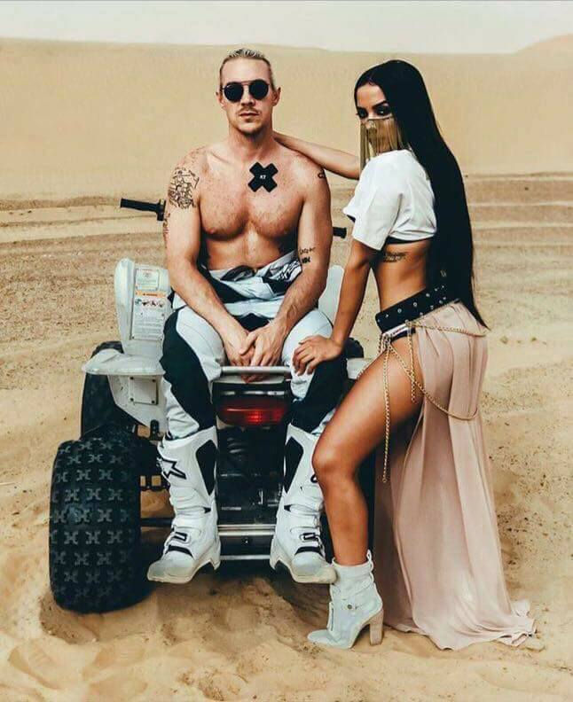 Pabllo Vittar está sensualizando no deserto com Anitta
