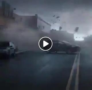 بالفيديو شاهد قوة اعصار مدمر عن قرب والاضرار Hurricane