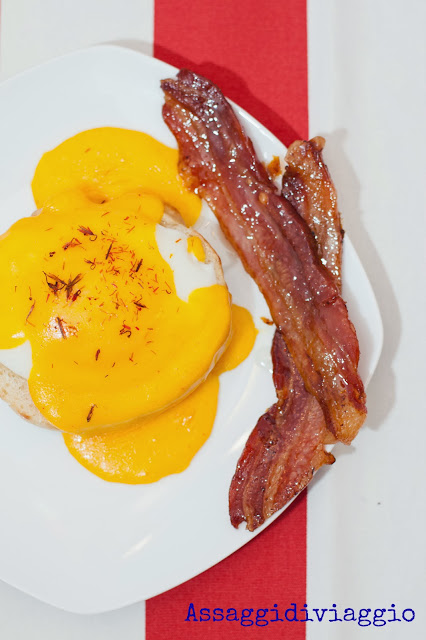Uovo alla benedict e maple glazed becon