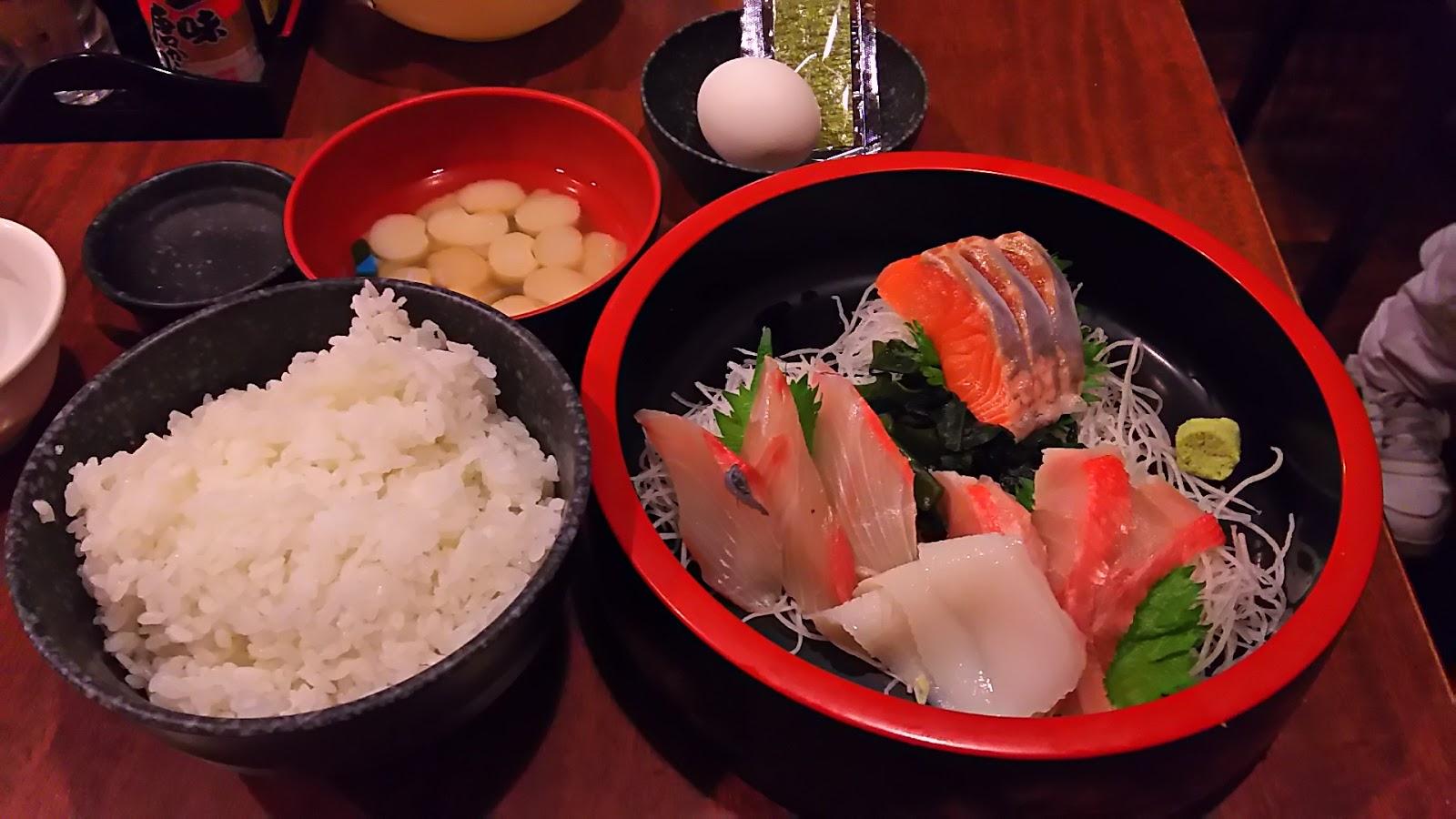 新宿三丁目「さくら水産」刺身定食(マグロ、サーモン、ブリ ...