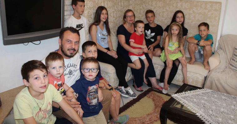 Οικογένεια στη Θεσσαλονίκη έχει 11 παιδιά και χρειάζεται 6 λίτρα γάλα και πέντε ψωμιά κάθε μέρα