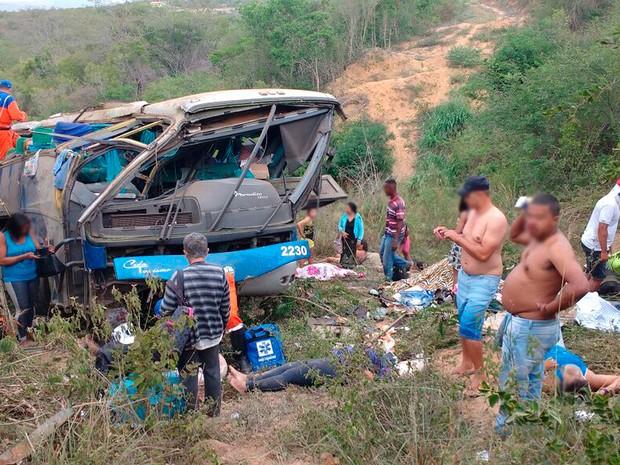 ACIDENTE COM ÔNIBUS QUE SAIU DE ARCOVERDE - PERNAMBUCO COM DESTINO A SÃO PAULO, CAPOTA E DEIXA 07 MORTOS E 11 FERIDOS NA BAHIA