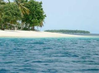 Pantai Caroline juga mempunyai keanekaraganman pemangan nanindah di dalam laut, berbagai bentuk terumbu karang yang indah, ikan - ikan yang hidup di terumbu karang, membuat siapapun menjadi terpukau. Cocok bagi anda yang ingin menyelam untuk menyapa sejenak alam bawah laut pantai caroline.