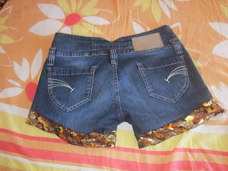 Recortar as pernas da calça jeans e aplicar tecidos de paetês ou tecidos  estampados 3b77c5d08e7f1