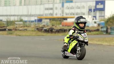 Μοτοσικλετιστής… ετών δυο! (Video)