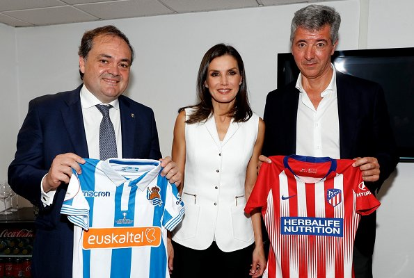 Queen Letizia presented the cup to Real Sociedad players. Queen Letizia wore Felipe Varela Army vest jacket