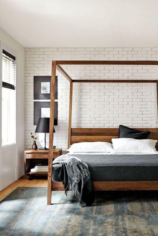 Un beau lit en bois pour la chambre