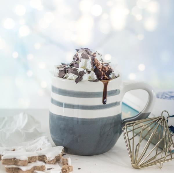 Heisse Ovomaltine mit Sahne und Schokolade im Herbst by titatoni