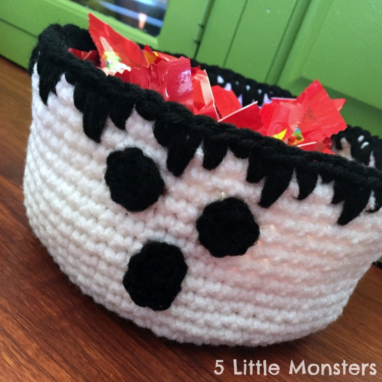 Crocheted candy bowl for halloween
