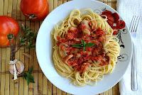 Σπαγγέτι με σάλτσα ντομάτας και μανιτάρια  - by https://syntages-faghtwn.blogspot.gr