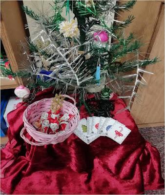 Biblioteczna choinka oraz słodkie upominki i świąteczne bingo