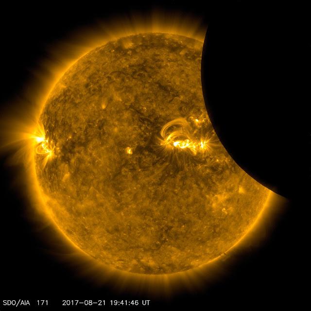 Đài Quan sát Động lực học Mặt Trời (Solar Dynamics Observatory - SDO) của NASA ghi lại chi tiết bề mặt Mặt Trời vào khoảnh khắc Mặt Trăng đang dần che khuất. Hình ảnh: NASA/SDO.