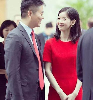 劉強東氏ご夫婦の仲睦まじい写真