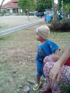 Agus Wahyu bermain Bola di lapangan Puputan Klungkung