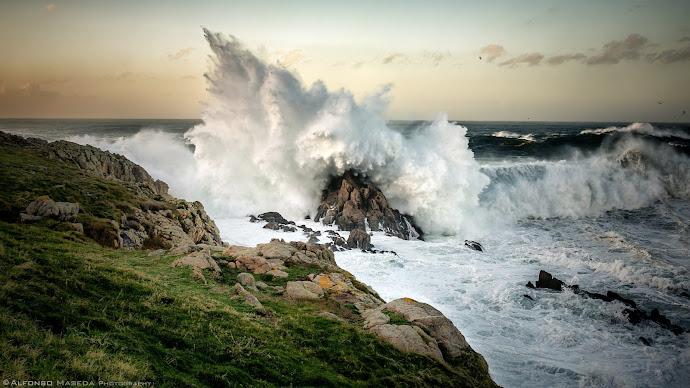 Wallpaper: Waves Break on the Rocks