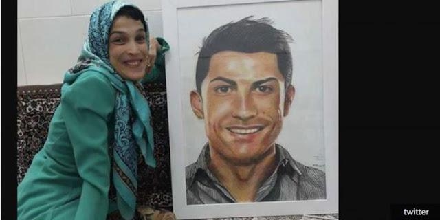 TEHERAN, KOMPAS.com - Kepopuleran Cristiano Ronaldo memang menjadi magnet sekaligus inspirasi bagi banyak orang. Setelah menginspirasi anak-anak Syria, bintang Real Madrid tersebut kini menjadi inspirasi bagi seorang perempuan penyandang disabilitas di Iran.  Seperti dilansir BolaSport dari Press TV, seniman berbakat tersebut bernama Fatemeh Hamami, yang memiliki kemampuan melukis yang luar biasa. Tengok saja hasil karyanya di akun Instagram @fateme.hamami.   Lebih menakjubkan, Fatemeh membuat seluruh lukisan tersebut dengan kedua kaki karena kedua tangannya mengalami kelumpuhan. Dalam sebuah unggahan di Instagram, Fatemeh mengaku bahwa 85 persen tubuhnya telah mengalami kelumpuhan.  Akan tetapi, hal tersebut tak mengurangi semangatnya dalam menghasilkan karya lukisan. Hal ini membuat Presiden World Citizens Organization, Dr YoungHoon Kwaak, menyempatkan diri untuk mendatangi rumah Fatemeh di Iran.  Fatemeh diberikan pernghargaan Seniman Kemanusiaan dari WCO. Kini, Fatemeh memilih Cristiano Ronaldo sebagai obyek untuk karya terbarunya.  Warganet pun mampu mengapresiasi tinggi kerja kerasnya karena wajah Ronaldo di lukisan terlihat begitu mirip dengan aslinya.