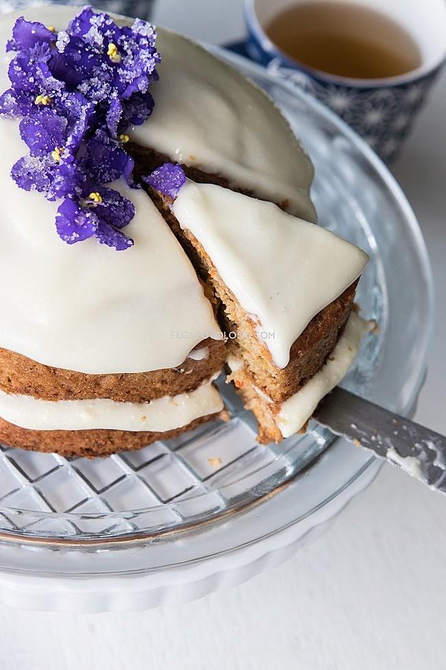 Mini cake de zanahoria con flores de violeta. Receta vía www.elgatogoloso.com