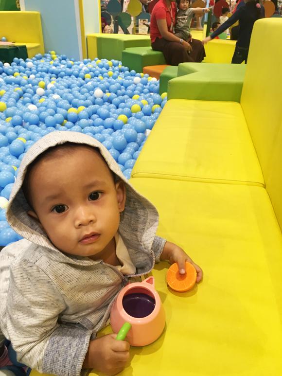 mandi bola biru putih kuning